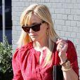 Reese Witherspoon, habillée d'une robe Vanessa Bruno, lunettes Westward Leaning sur le nez, brille par son style sous le soleil de Los Angeles. Le 13 décembre 2012.