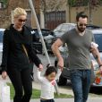 Katherine Heigl et son mari Josh Kelley se promènent avec leur fille Naleigh dans les rues de Los Angeles le 11 février 2012.