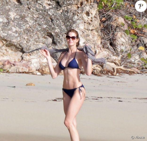 Stephanie Seymour dévoile son corps parfait et profite du soleil de Saint-Barthélemy le 22 décembre 2012