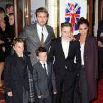 David et Victoria Beckham assistent avec leurs trois fils Romeo, Cruz et Brooklyn à la première représentation de la comédie musicale Viva Forever! à Londres. Le 11 décembre 2012.