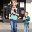 Britney Spears fait du shopping avec ses enfants Sean Preston et Jayden James dans une animalerie à Los Angeles le 18 Novembre 2012.