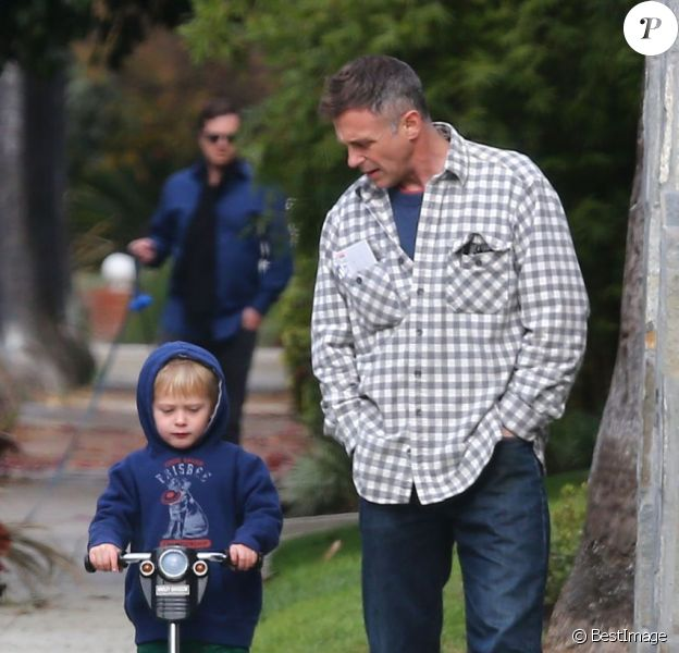Le comédien David Eigenberg de Sex and the City et son fils Louie, à Los Angeles, le 30 décembre 2012