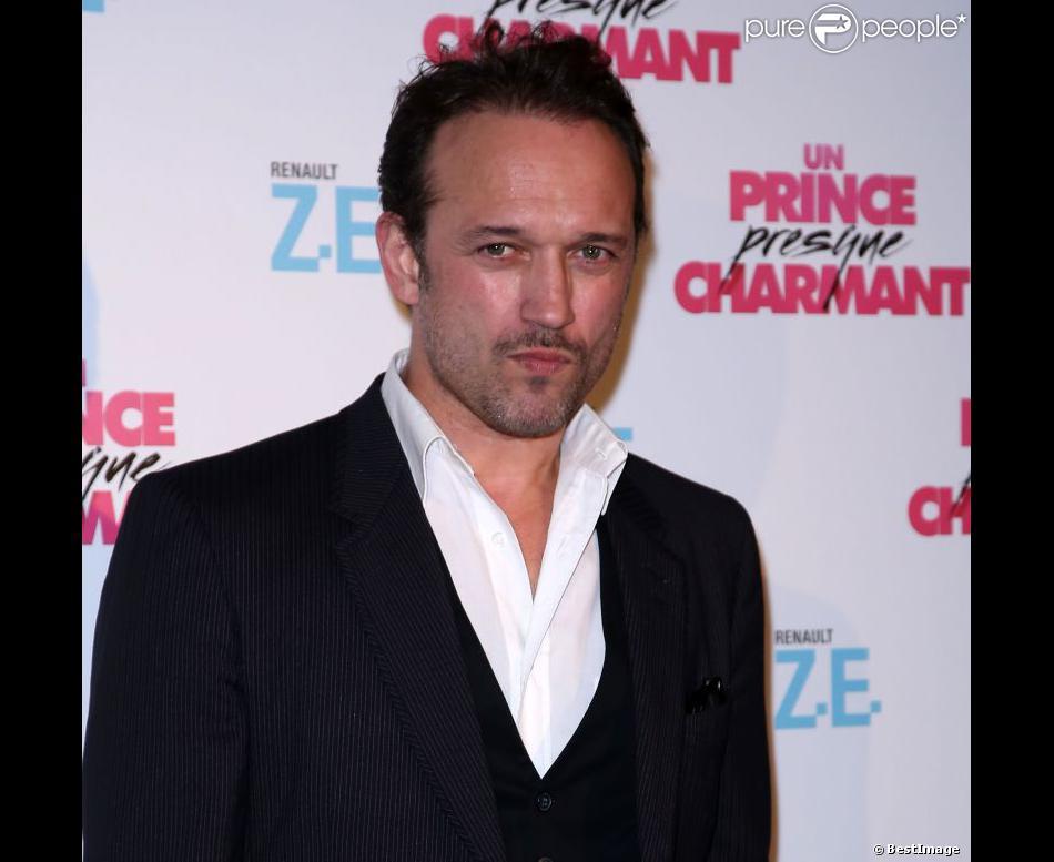Vincent Perez séduisant à 48 ans pendant l'avant-première du film Un prince presque charmant au Gaumont Marignan à Paris le 17 décembre 2012.