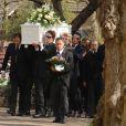 Jack Tweed porte le cercueil de son épouse  aux obsèques de Jade  Goody  à  Buckhurst   Hill  (dans l'Essex), le 4 avril 2009.