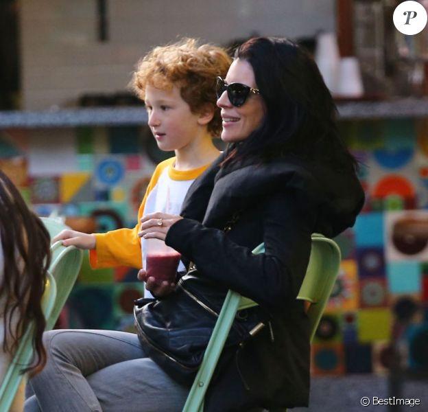 Liberty Ross, souriante lors d'une journée passée avec son fils Tennyson et l'un de ses amis au Farmer Market de The Grove à Los Angeles le 7 janvier 2013