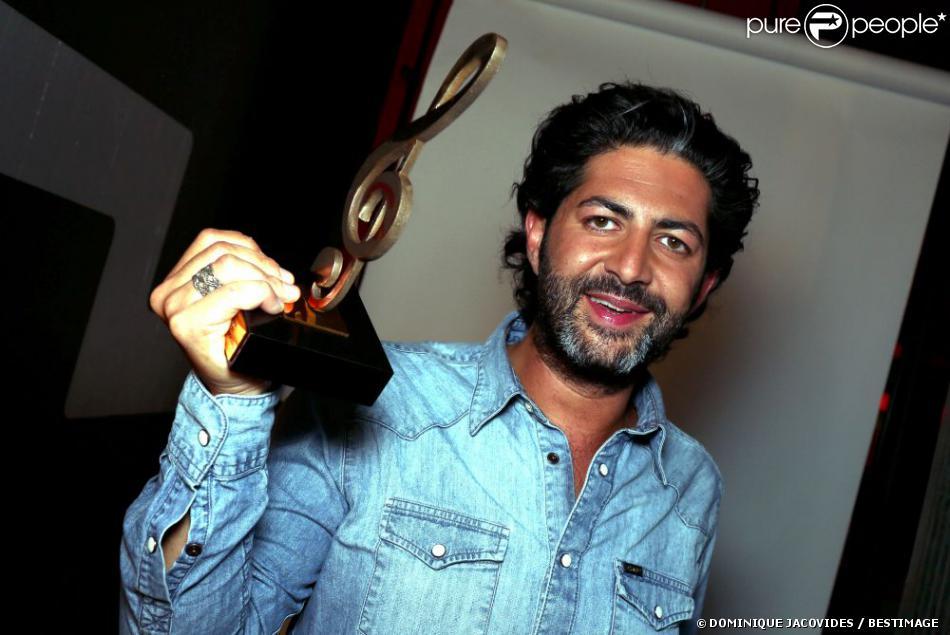 Exclu : John Mamann reçoit le trophée Artiste Nouvelle Scène à l'occasion de la Fête de la chanson Française au Zénith de Paris, le 11 janvier 2013.