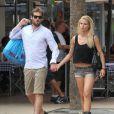Tomaso Trussardi et sa fiancée Michelle Hunziker font du shopping à Miami le 6 juin 2012.