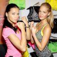 Adriana Lima et Erin Heatherton célèbrent le lancement de la collection VSX Sport dans la boutique Victoria's Secret située dans le quartier d'Herald Square. New York, le 15 janvier 2013.