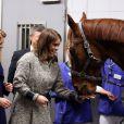 Les princesses Beatrice et Eugenie d'York avec le cheval Ben lors d'une visite à l'Université de médecine vétérinaire de Hanovre, le 18 janvier 2013 dans le cadre de leur visite officielle de deux jours pour soutenir la campagne promotionnelle en faveur de la Grande-Bretagne, GREAT.