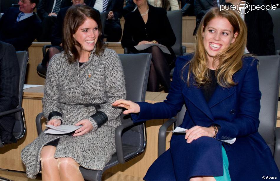 Les princesses Beatrice et Eugenie d'York à Hanovre lors de la cérémonie de réouverture du château Herrenhausen, le 18 janvier 2013 dans le cadre de leur visite officielle de deux jours pour soutenir la campagne promotionnelle en faveur de la Grande-Bretagne, GREAT.
