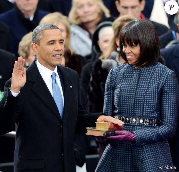 Barack Obama prête serment sur la bible devant sa femme Michelle lors de la cérémonie d'investiture qui se tenait devant le Capitole de Washington le 21 janvier 2013