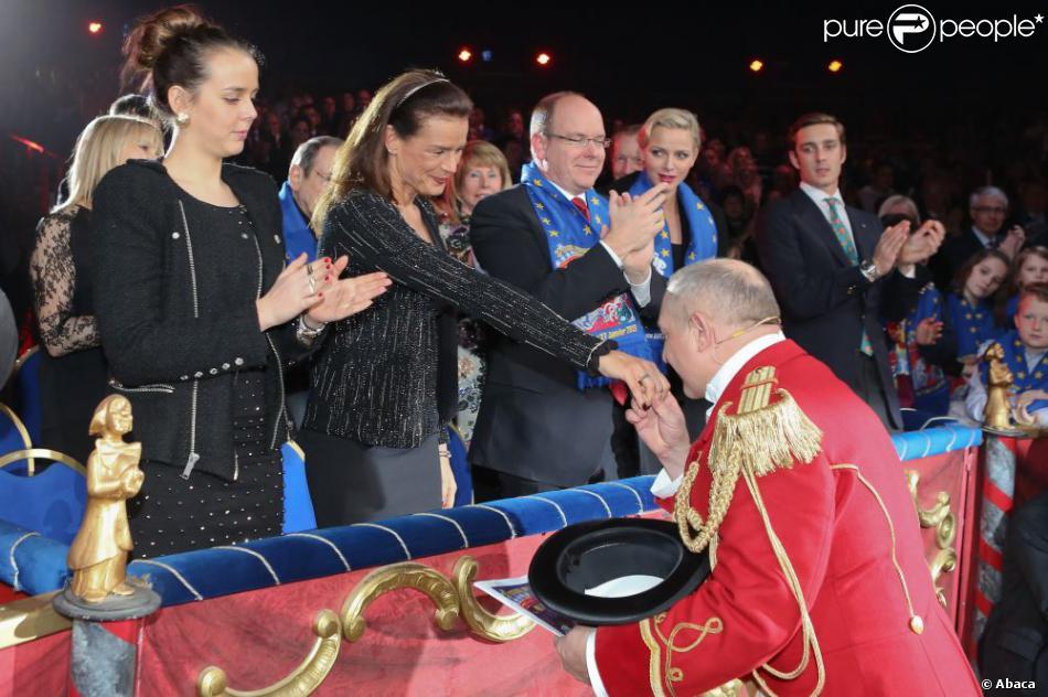 Sous les yeux de sa fille Pauline, de son frère Albert, de sa belle-soeur Charlene et de son neveu Pierre, la princesse Stéphanie reçoit les hommages du maître de cérémonie lors du gala de remise des prix au 37e Festival international du cirque de Monte-Carlo, le 22 janvier 2013 au chapiteau Fontvieille.