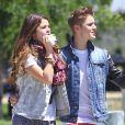 Justin Bieber et Selena Gomez se promènent à Van Nuys, en Californie, le 30 juin 2012.