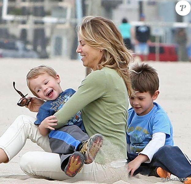 Sheryl Crow emmène ses deux enfants Levi et Wyatt à la plage à Venice, le 23 janvier 2013.