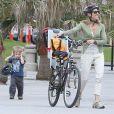 Sheryl Crow emmène ses enfants Levi et Wyatt à la plage à Venice, le 23 janvier 2013.