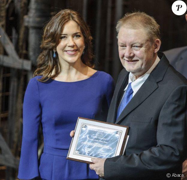 La princesse Mary de Danemark présidait le 4 février 2013 la cérémonie de remise du Prix d'honneur de la Société danoise du cancer au Dr. Torben Palshof, à l'Opéra de Copenhague.