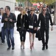 Johnny Hallyday, Laeticia et Amanda Sthers en direction du Staples Center pour aller applaudir un match de Tony Parker, le 18 février 2012.