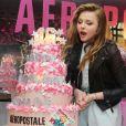 Chloë Grace Moretz, bientôt 16 ans, souffle sur son gâteau d'anniversaire lors de la soirée Teen Vogue à l'Aeropostale de New York, le 7 février 2013.