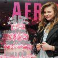 Chloë Grace Moretz au côté de son gâteau pendant le dixième anniversaire de Teen Vogue à l'Aeropostale de New York, le 7 février 2013.