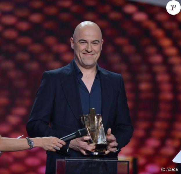 Dominique A remporte le trophée de l'artiste interprète masculin lors des Victoires de la Musique, sur France 2 le 8 février 2013.