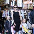 Angelina Jolie avec ses enfants Shiloh (à gauche) et Know (à droite) à Los Angeles pour préparer Halloween le 28 octobre 2012