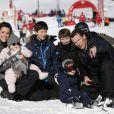 La princesse Marie et le prince Joachim de Danemark pendant leurs vacances d'hiver à Villars-sur-Ollon, photographiés le 13 février 2013 avec leurs enfants Nikolai (13 ans), Felix (11 ans), Henrik (3 ans) et Athena (1 an) au Col de la Bretaye.