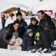 Marie et Joachim de Danemark lors de leurs vacances d'hiver à Villars-sur-Ollon, photographiés le 13 février 2013 avec leurs enfants Nikolai (13 ans), Felix (11 ans), Henrik (3 ans) et Athena (1 an) au Col de la Bretaye.