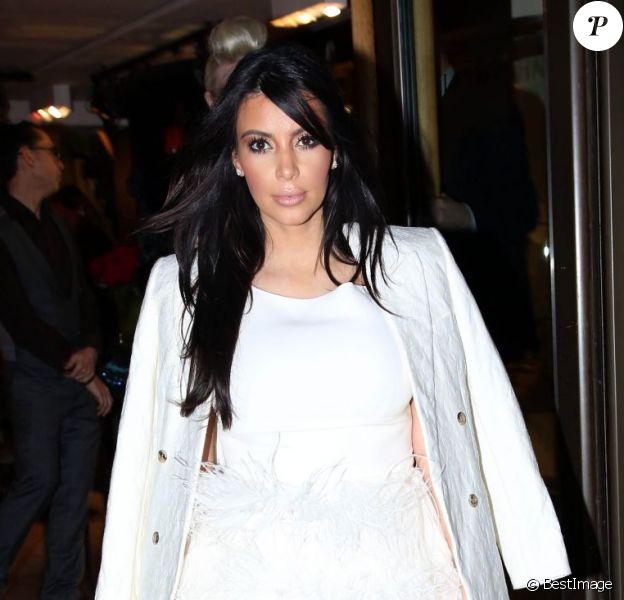 Kim Kardashian enceinte et Kanye West font du shopping rue Saint Honoré à Paris, le 25 janvier 2013.