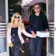 Jessica Simpson, enceinte, à la sortie du restaurant The Ivy, accompagnée de son fiancé Eric Johnson à Los Angeles, le 14 février 2013.
