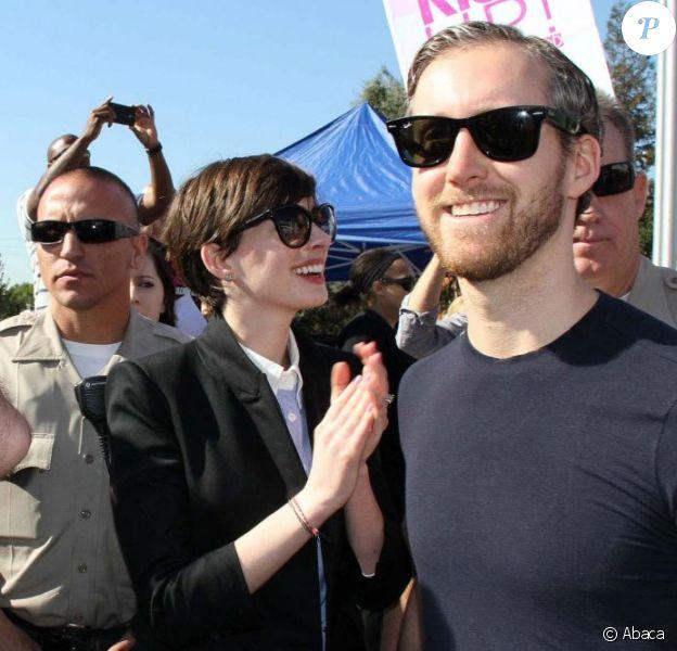 Anne Hathaway et son mari Adam Shulman lors du mouvement One Billion Rising à West Hollywood le 14 février 2013