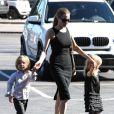 Angelina Jolie achète des costume d'Halloween au Party City Store de Los Angeles, le 28 octobre 2012. Vivienne et Knox Jolie-Pitt sont au côté de Shiloh Jolie-Pitt.
