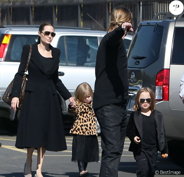 Exclusif - no web use - Brad Pitt et Angelina Jolie (et toute la famille habillee en noir) emmenent leurs enfants Knox (sosie de son papa) et Vivienne (avec une veste leopard) au musee d'Histoire Naturelle pour la Saint-Valentin a Los Angeles le 14 Fevrier 2013  Exclusive... For germany call for price No web sales 51015003 Couple Brad Pitt and Angelina Jolie spend their Valentine's Day visiting the Natural History Museum in Los Angeles, California with their twins Knox and Vivienne on February 14, 2013. The family is dressed in all black and Knox is dressed like a little mini me version of Brad! NO WEB USE14/02/2013 - Los Angeles