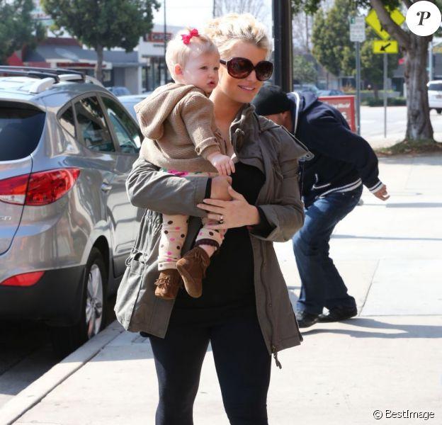 Jessica Simpson, enceinte, et sa fille Maxwell vont déjeuner au restaurant à Studio City, le 18 février 2013.