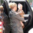 Jessica Simpson, enceinte, et sa fille Maxwell vont déjeuner au restaurant à Los Angeles, le 18 février 2013.