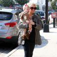 Jessica Simpson, enceinte, et sa fille Maxwell dans les rues de Los Angeles, le 18 février 2013.