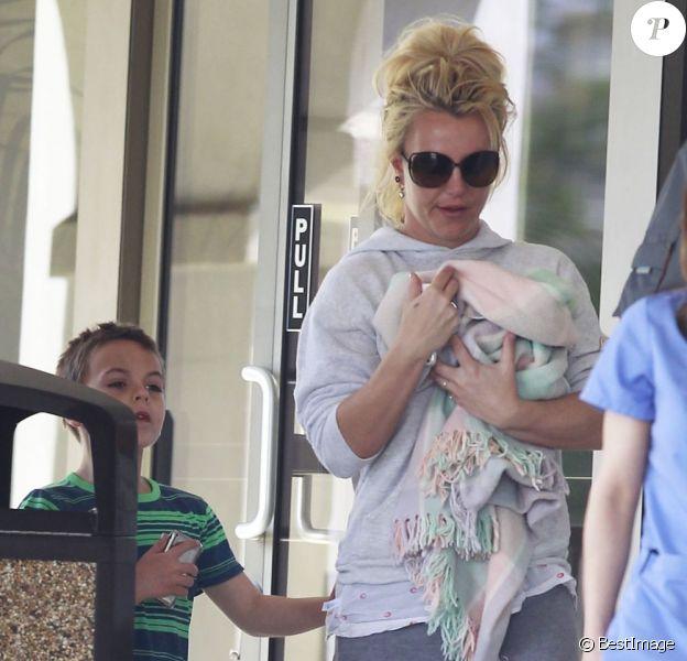 Britney Spears, accompagnée de ses enfants Jayden James et Sean Preston, emmène son petit chiot chez le vétérinaire a Thousand Oaks, le 18 février 2013.