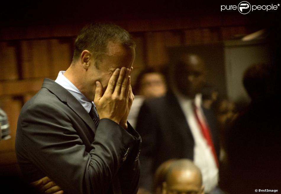 Oscar Pistorius en pleurs dans la salle d'audience du tribunal de Pretoria en Afrique du sud le 15 février 2013.