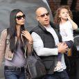 Vin Diesel avec sa chérie Paloma Jimenez et leur fille Hania Riley, en promenade le jour de la fête des mères, à New York, le 8 mai 2011.