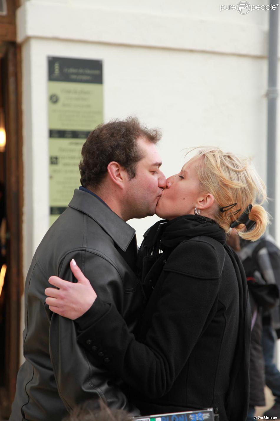 """Exclu - """"Qui Veut Epouser Mon Fils ? 2"""" : Cindy et Frédric s'embrassent sur l'Ile d'Oléron lors du tournage de l'émission en novembre 2011."""