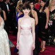 Anne Hathaway, lauréate du prix de Meilleur Second Rôle Féminin pour Les Misérables portait une robe Prada lors des Oscars. Los Angeles, le 24 février 2013.