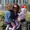 Alyson Hannigan et ses filles Satyana et Keeva, à la plage de Santa Monica, à Los Angeles, le 23 février 2013.