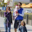 L'actrice Alyson Hannigan avec son mari, Alexis Denisof et ses filles Satyana et Keeva, à la plage de Santa Monica, à Los Angeles, le 23 février 2013.