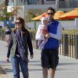 Alyson Hannigan avec son mari, Alexis Denisof et ses filles Satyana et Keeva, à la plage de Santa Monica, à Los Angeles, le 23 février 2013.