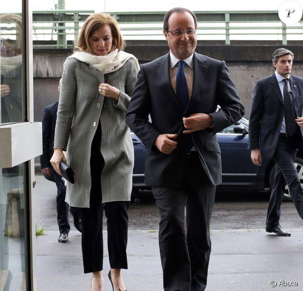 François Hollande et Valérie Trierweiler lors d'une rencontre avec l'association Force Femmes à l'occasion de la Journée internationale des droits des femmes à Paris le 8 mars 2013