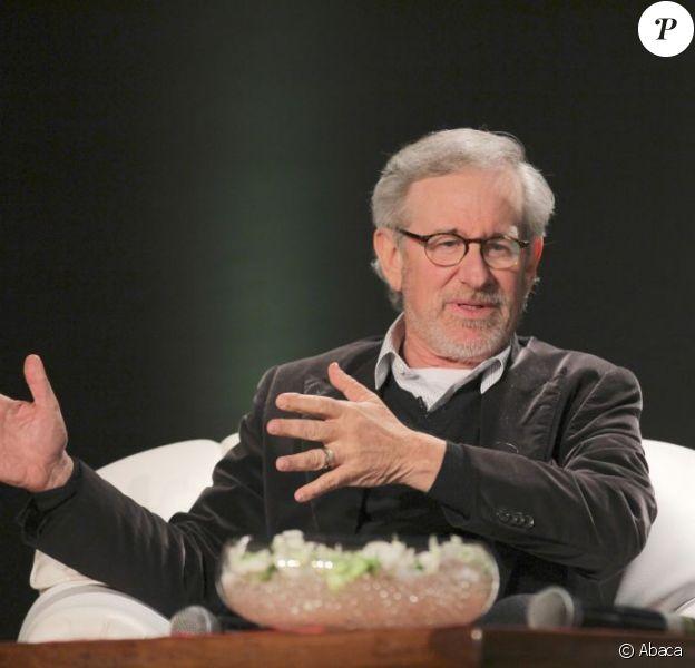 Le réalisateur Steven Spielberg en plein débat lors d'une conférence organisée par Reliance Entertainment à Mumbai, le 12 mars 2013.