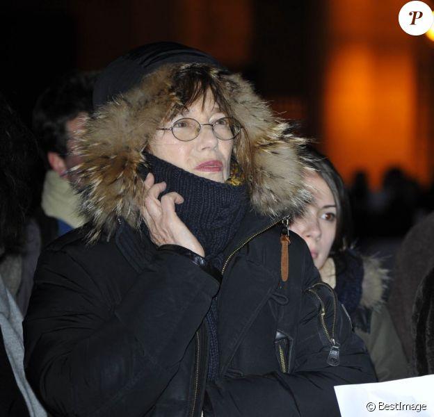 Jane Birkin lors du rassemblement Une vague blanche pour la Syrie devant le Panthéon à Paris le 15 mars 2013 pour dénoncer les massacres des civils syriens depuis le début du conflit le 15 mars 2011