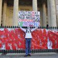 Le rassemblement Une vague blanche pour la Syrie avait lieu devant le Panthéon à Paris le 15 mars 2013 pour dénoncer les massacres des civils syriens depuis le début du conflit le 15 mars 2011