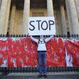 Le rassemblement Une vague blanche pour la Syrie devant le Panthéon à Paris le 15 mars 2013 pour dénoncer les massacres des civils syriens depuis le début du conflit le 15 mars 2011