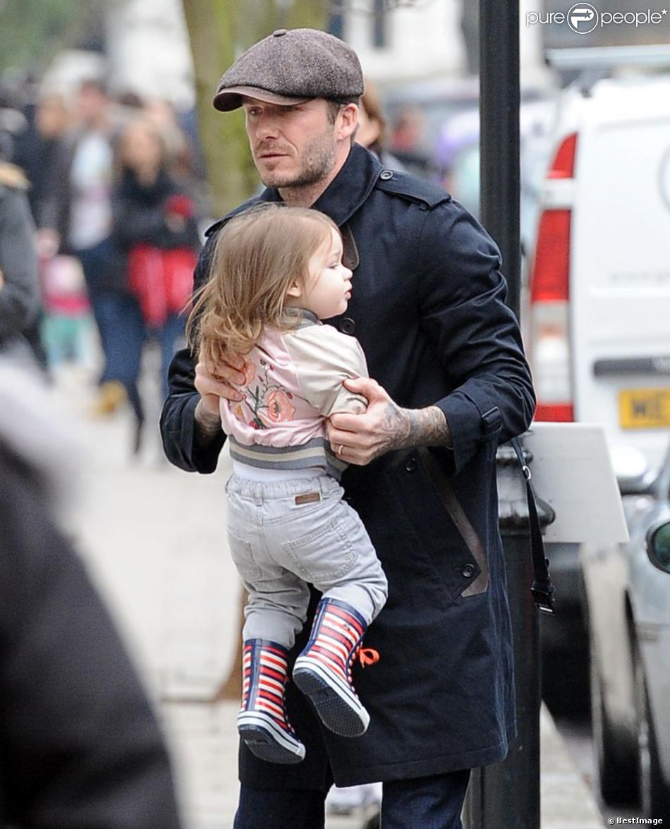 David Beckham et sa petite Harper dans les rues de Londres, le 18 mars 2013, au lendemain du match face à Saint-Etienne