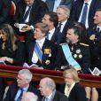 Willem-Alexander et Maxima des Pays-Bas avaient pour voisins leurs amis Felipe et Letizia d'Espagne. Les royaux étaient nombreux au rendez-vous de la messe d'inauguration du pontificat du pape François, le 19 mars 2013 au Vatican, sur la place Saint-Pierre. Une cérémonie qui s'est déroulée solennellement en présence de dignitaires de 132 états, dont nombre de figures royales, telles que le prince Albert et la princesse Charlene de Monaco, le prince Felipe et la princesse Letizia d'Espagne, le prince Willem-Alexander et la princesse Maxima des Pays-Bas, le roi Albert II et la reine Paola de Belgique...
